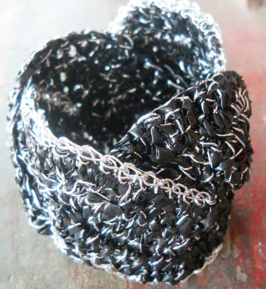 Charcoal WEAVED WAVE Bracelet - When I made this, I can't help looking for smudges in my hands and clothes. It really felt like crocheting charcoal or something like that. I think this would look great if I party with it in a club.