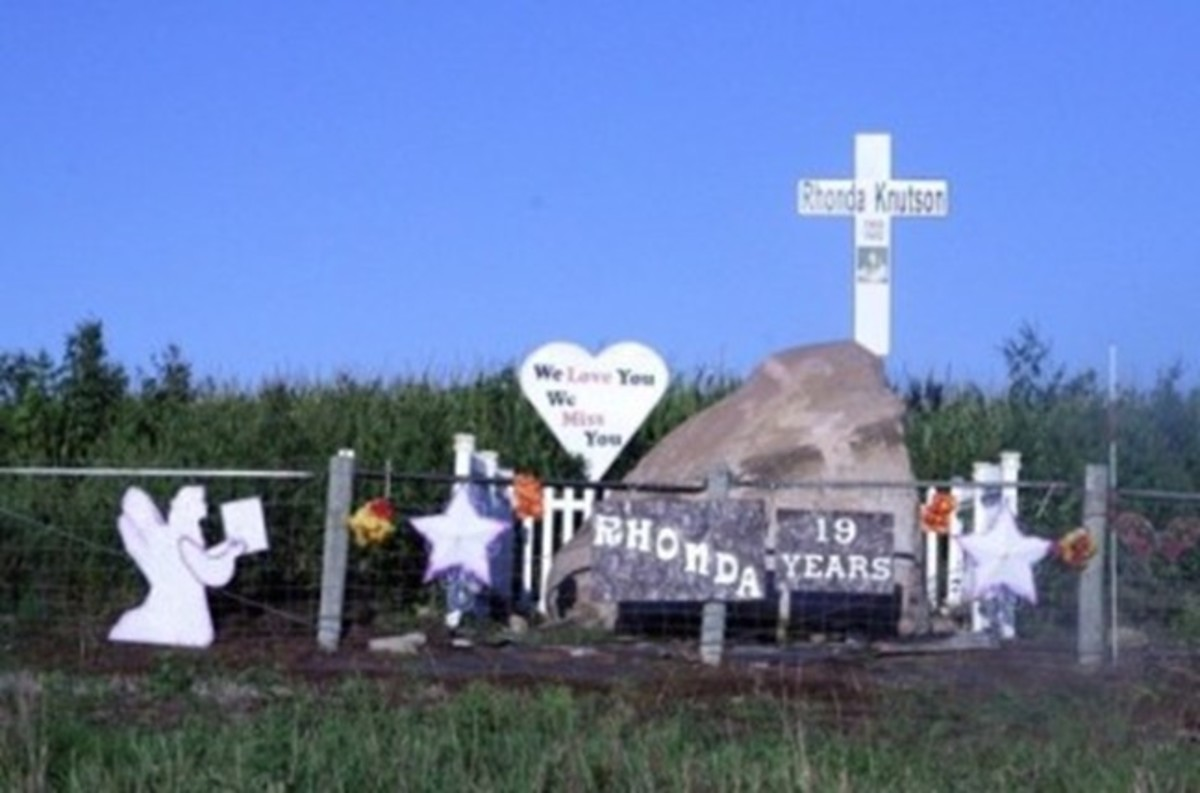 A memorial for Rhonda Knutson was set up six miles from New Hampton in Iowa. Photo courtesy of Iowa Cold Cases.