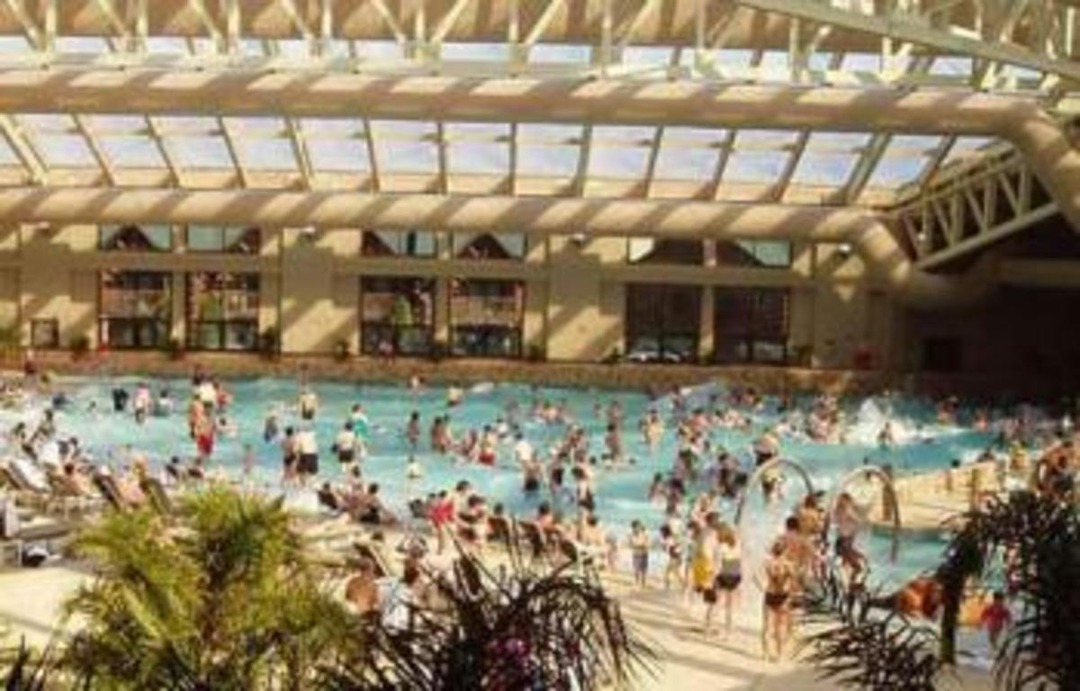 Many extra amenities, like golf courses, make Wilderness Territory one of the best indoor waterpark resorts.