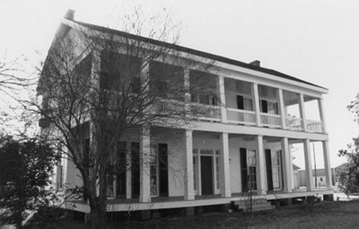 Crescent Plantation stately home.  Homes this large were uncommon; most plantation owners could afford little more than a normal sized farmhouse.