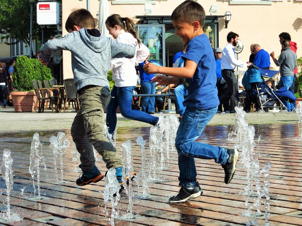 Children playing at a water feature in Friedrichshafen