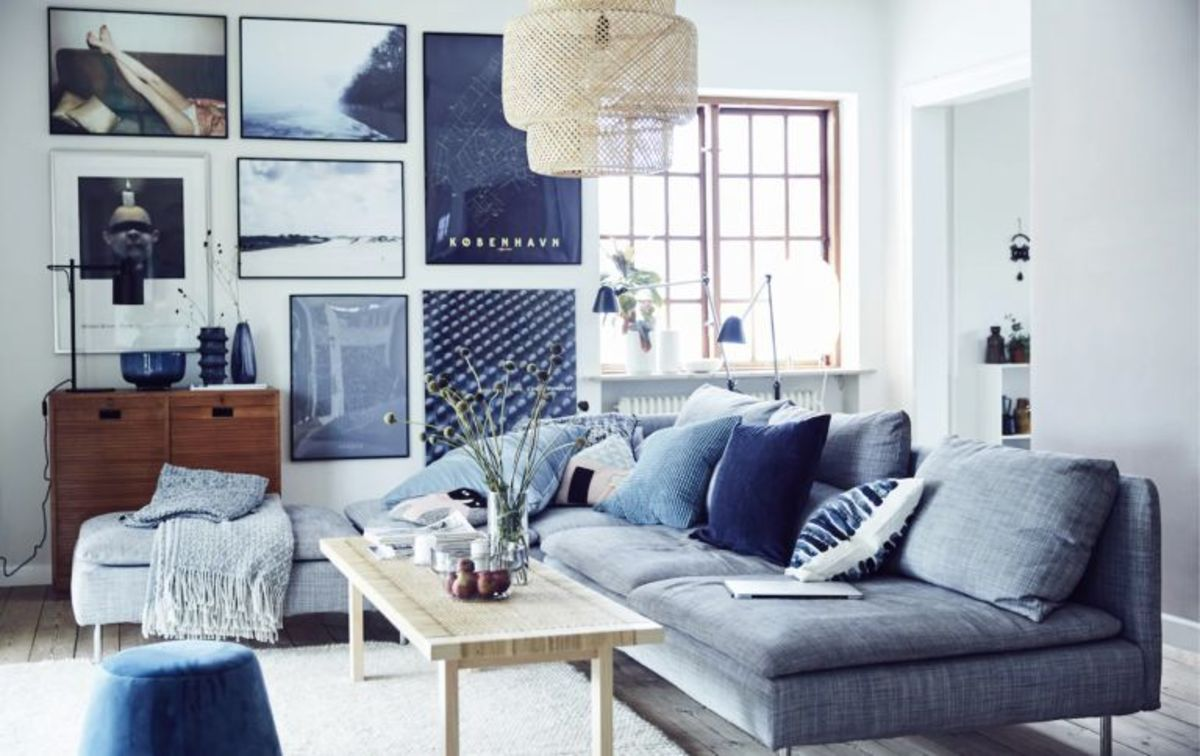 These colorful blue living room are inspired by blue pictures on the wall and contribute to the space vivid decor.