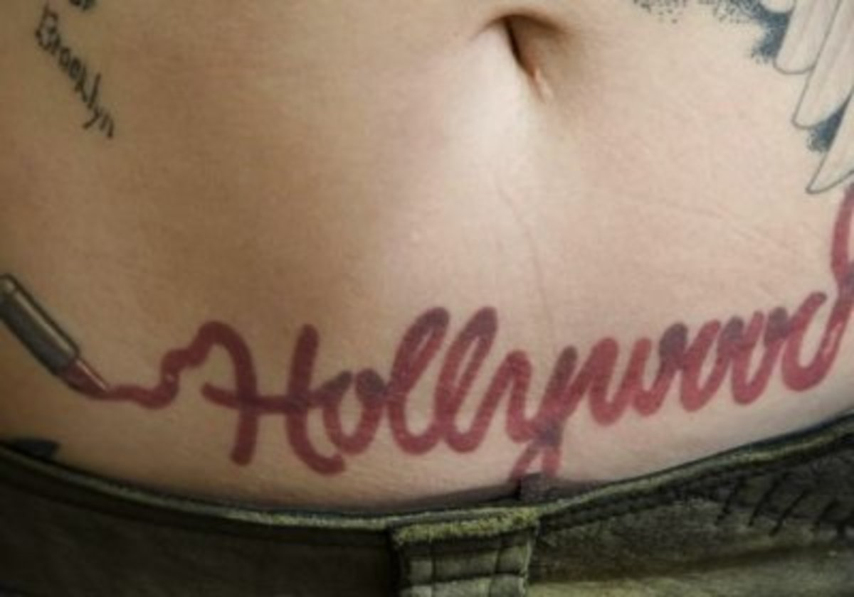 "Belly tattoo: ""Hollywood"" in lipstick"