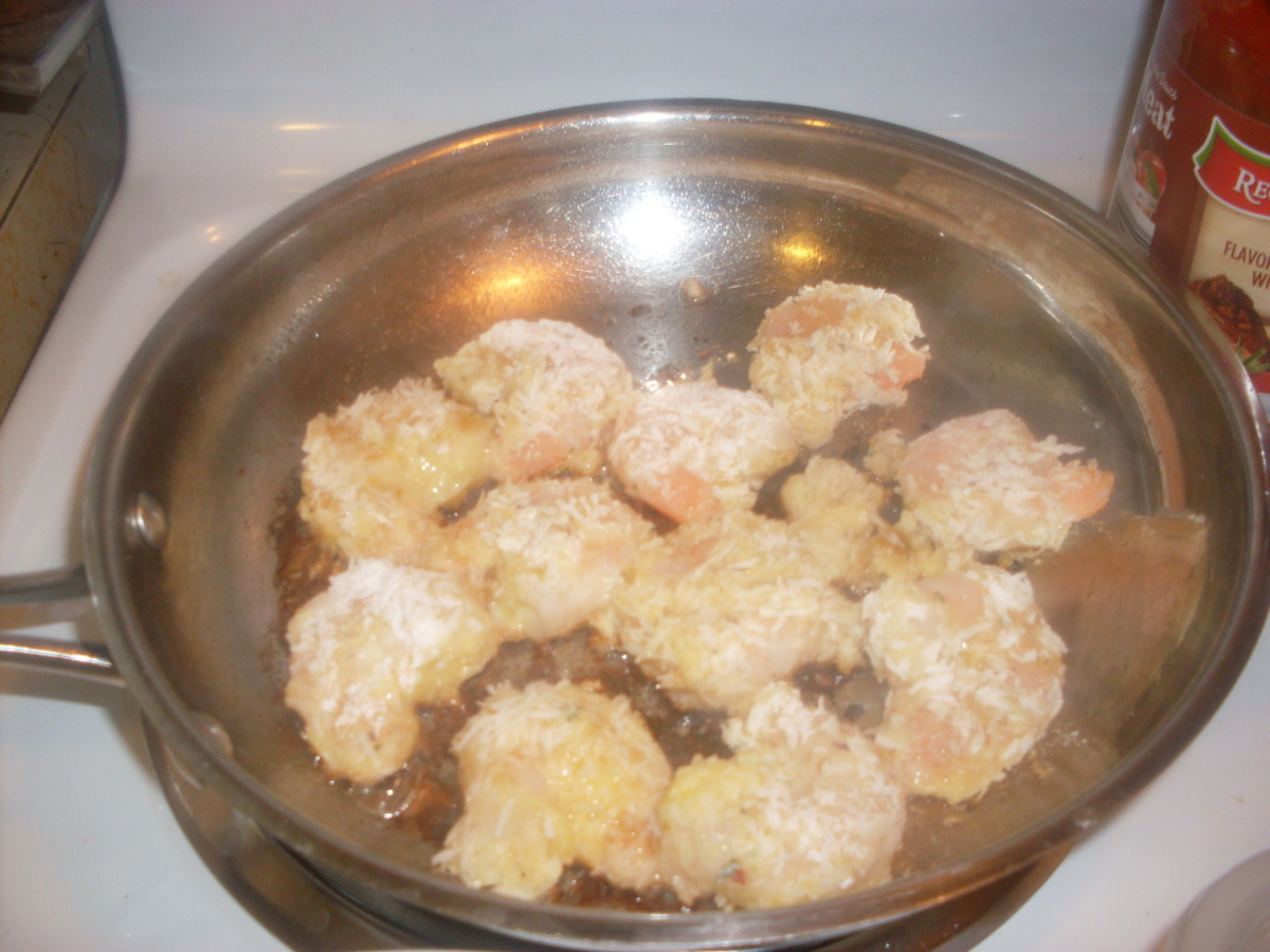 HOW TO MAKE COCONUT SHRIMP : Food Photo - Coconut shrimp frying.