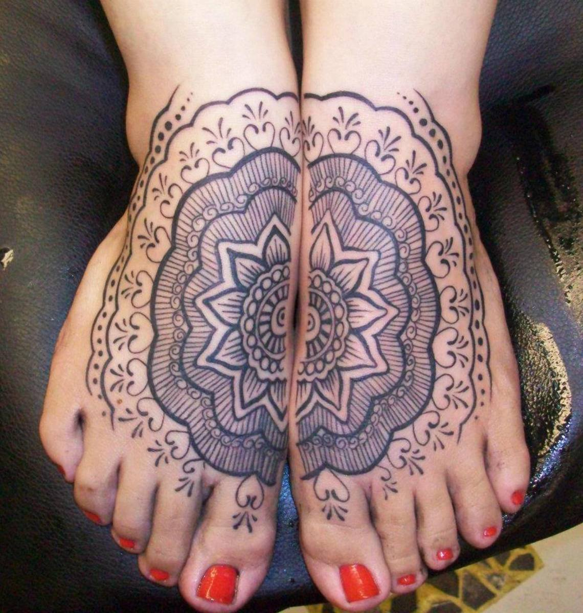 Lovely design where two feet meet to make a full design.