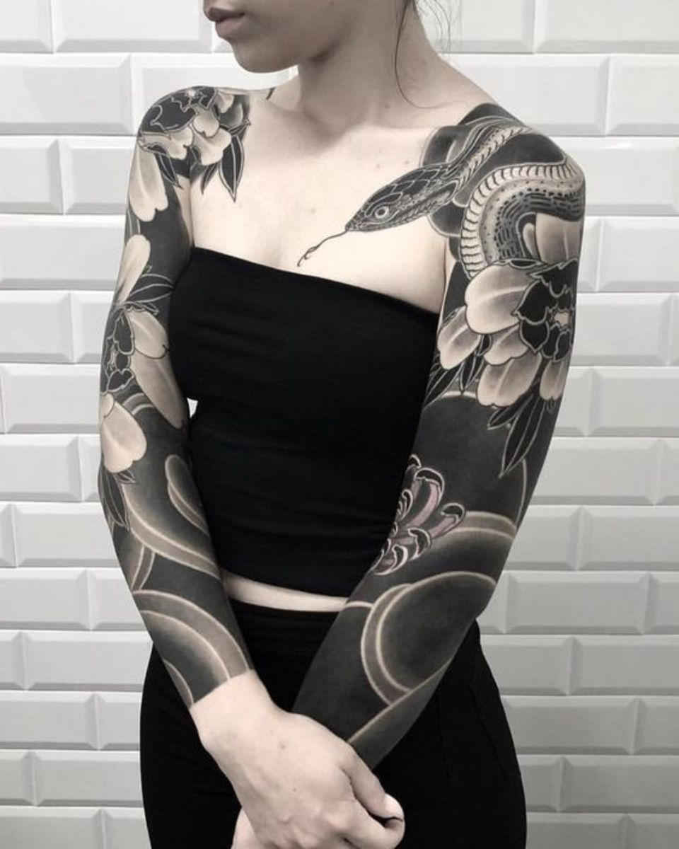 Black and white Japanese snake tattoo by Lupo Horiōkami.