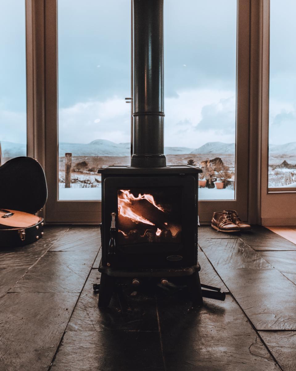 如何为你的燃烧木材的火炉找到免费的木材。