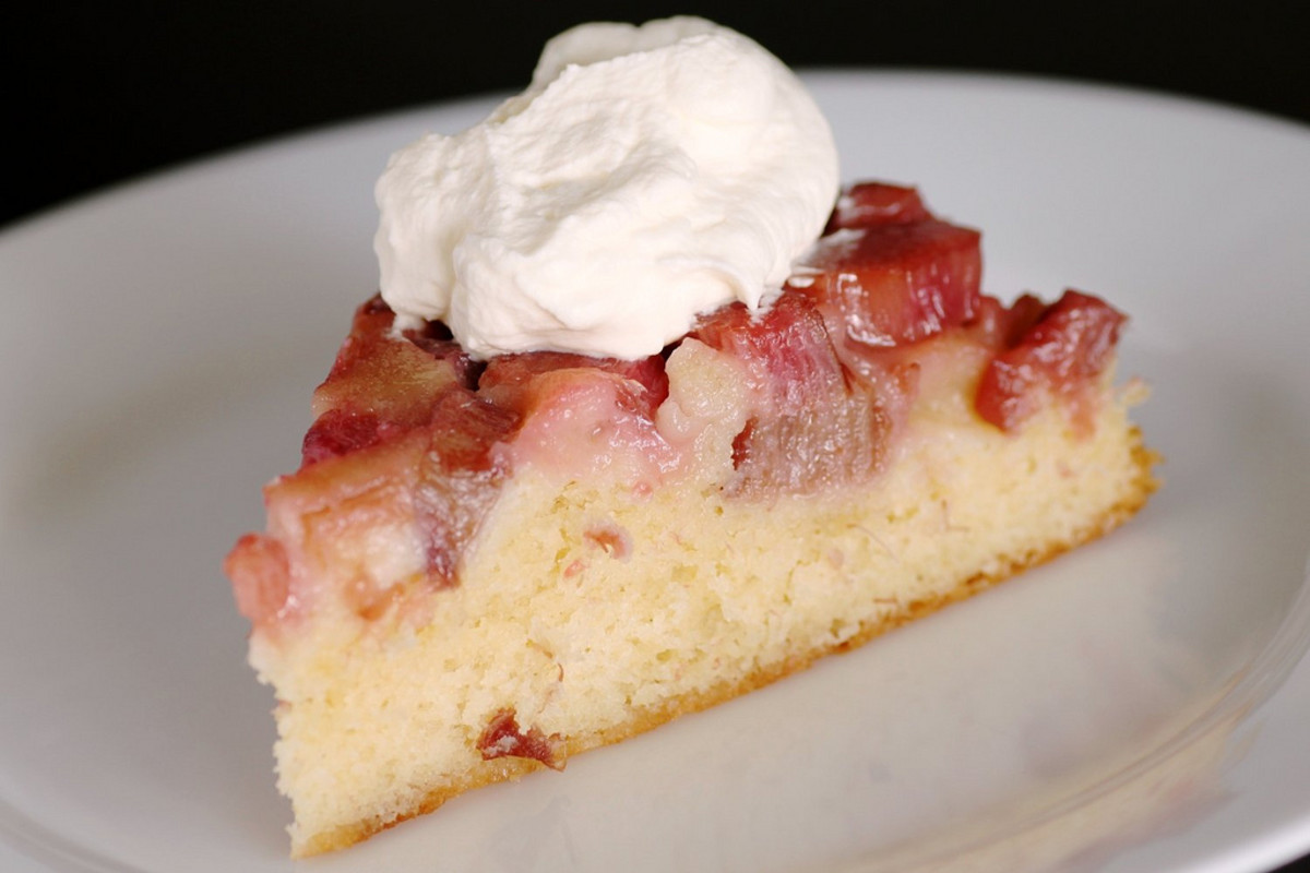 Easy Rhubarb Strawberry Cake Recipe