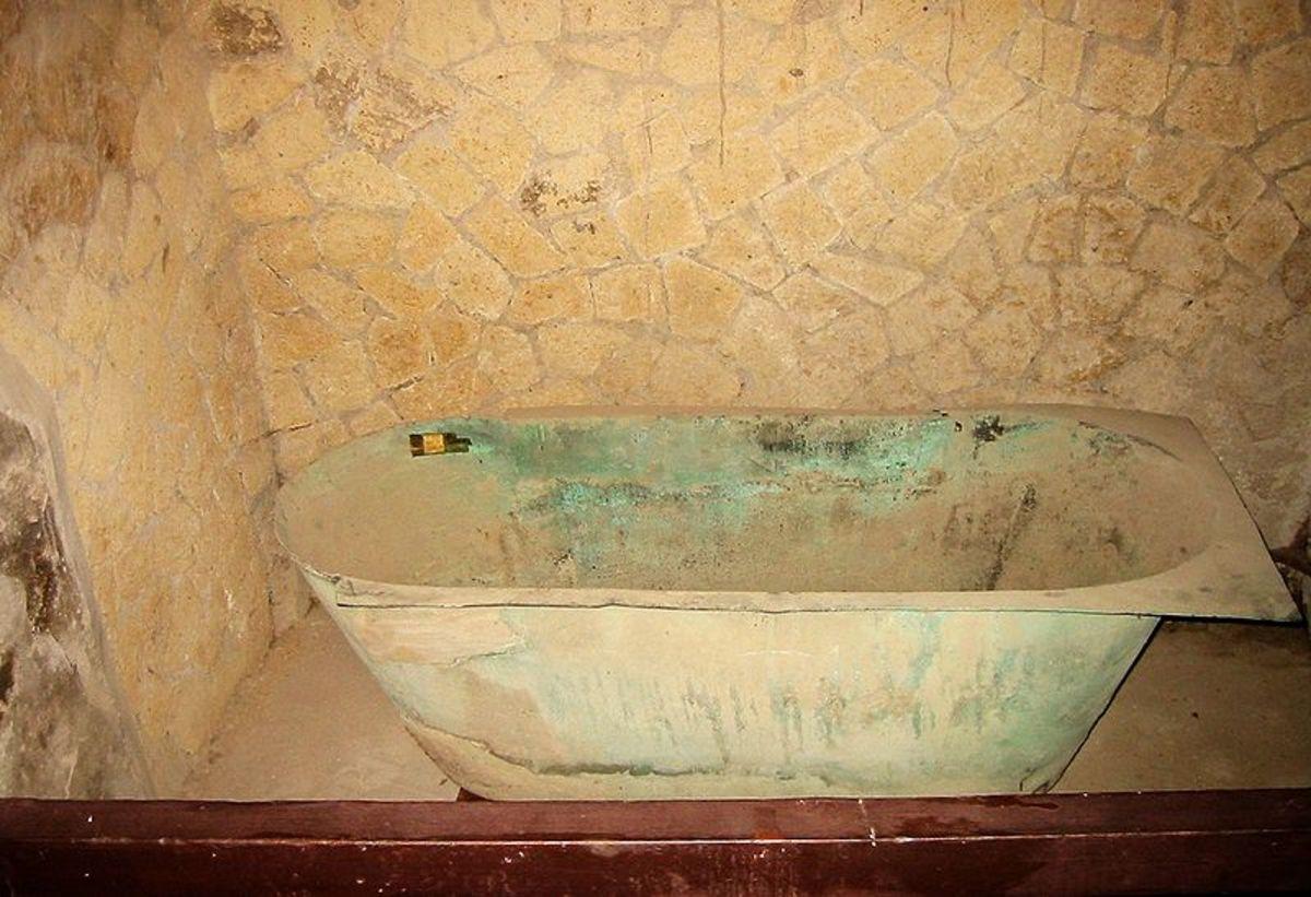 Bathtub in a house in ancient Herculaneum (CC-BY-SA-3.0)