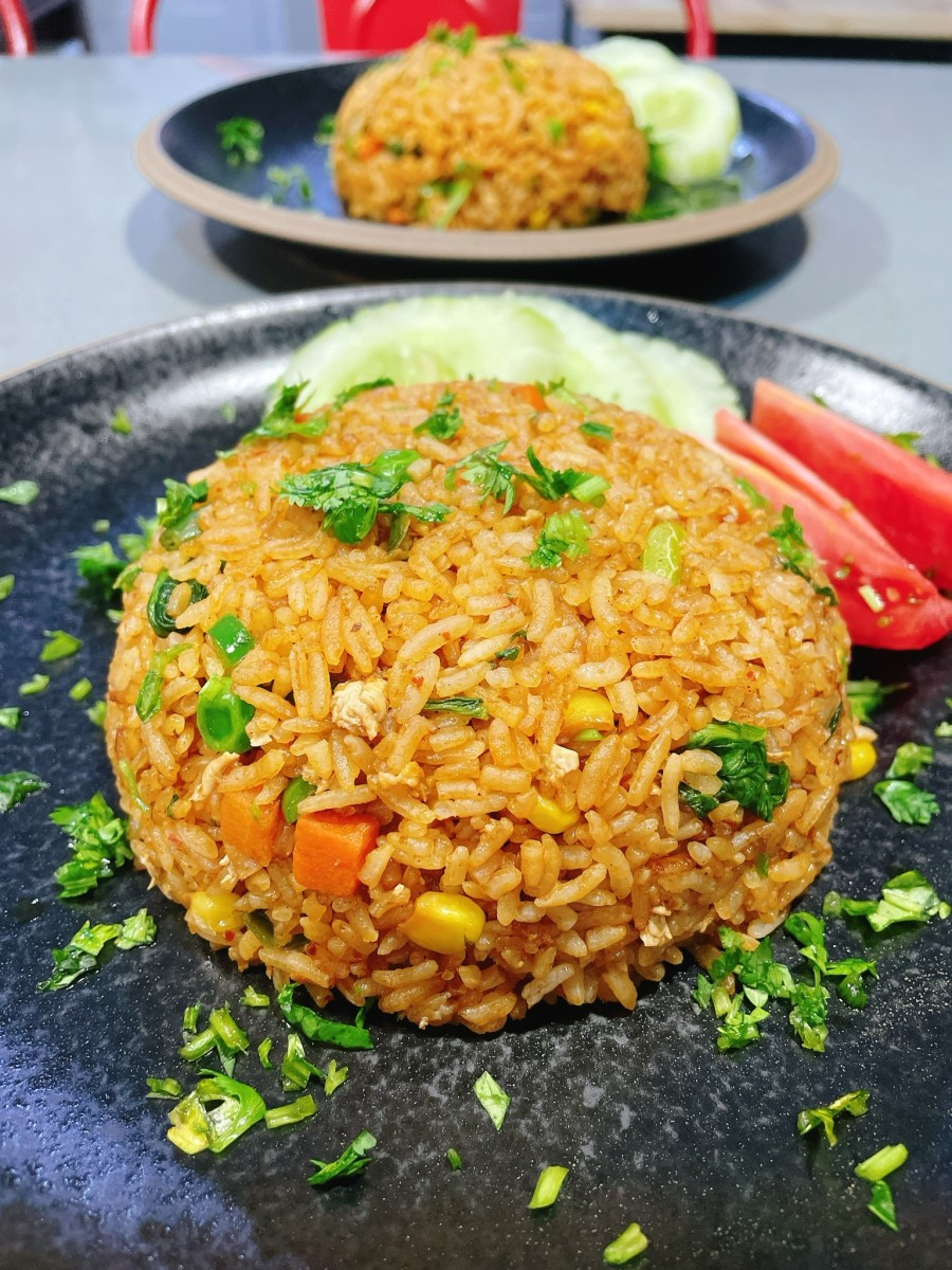 Delicious vegetarian fried rice. It's filled with my favorite vegetables such as carrot, peas, corn, and Chinese mustard green.