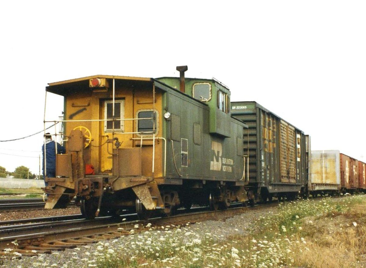 A Burlington Northern extended-vision caboose at the end of a train in 1993 CC BY-SA 2.5