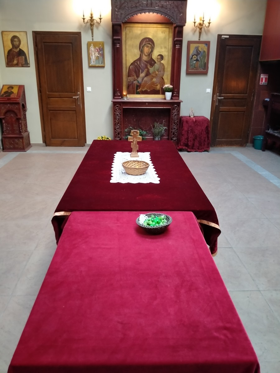 On these two tables covered with red silk cloth one can oftentimes find small gifts brought by the Serbian Christian population in the neighborhood.