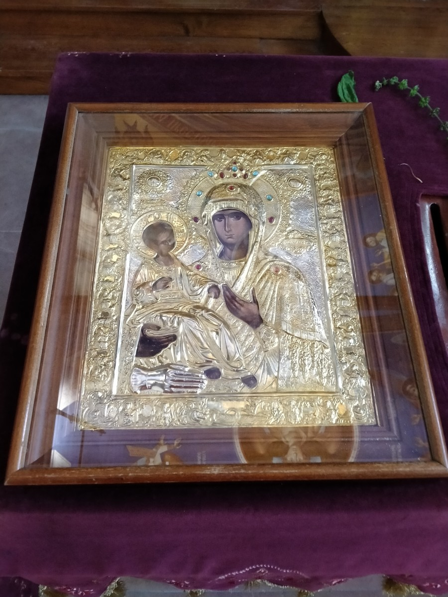 Many Serbian pilgrims, most of whom women, would come pray before this golden, hand-made icon of Bogoroditsa. Mary holds Jesus on the icon with her hand blessing the citizenry.