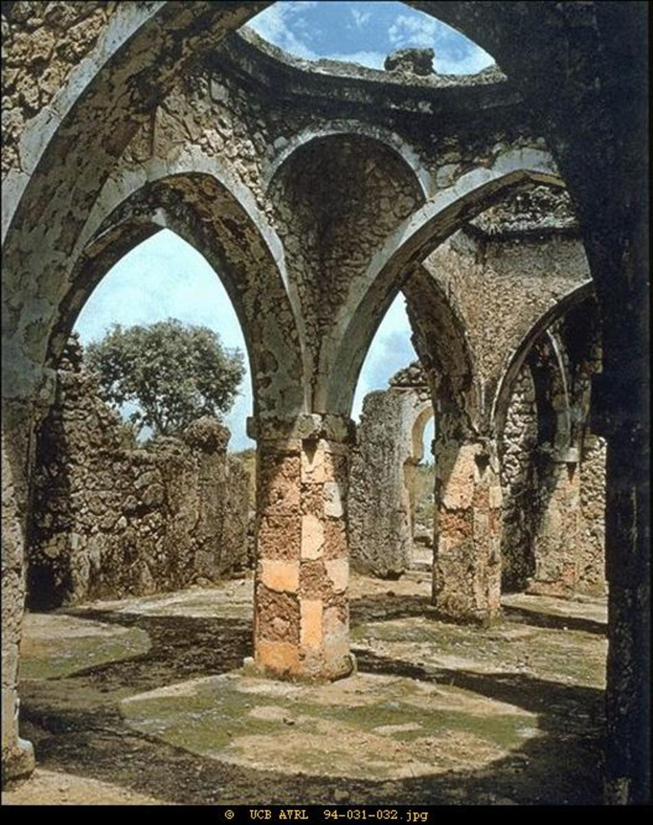 Homes of the wealthy were built of coral plaster, a durable material that stays cool in the hot sun. Buildings such as this mosque, now in ruins, incorporated arches. Aqueducts carried fresh water to homes and gardens. overhead basins flushed toilets
