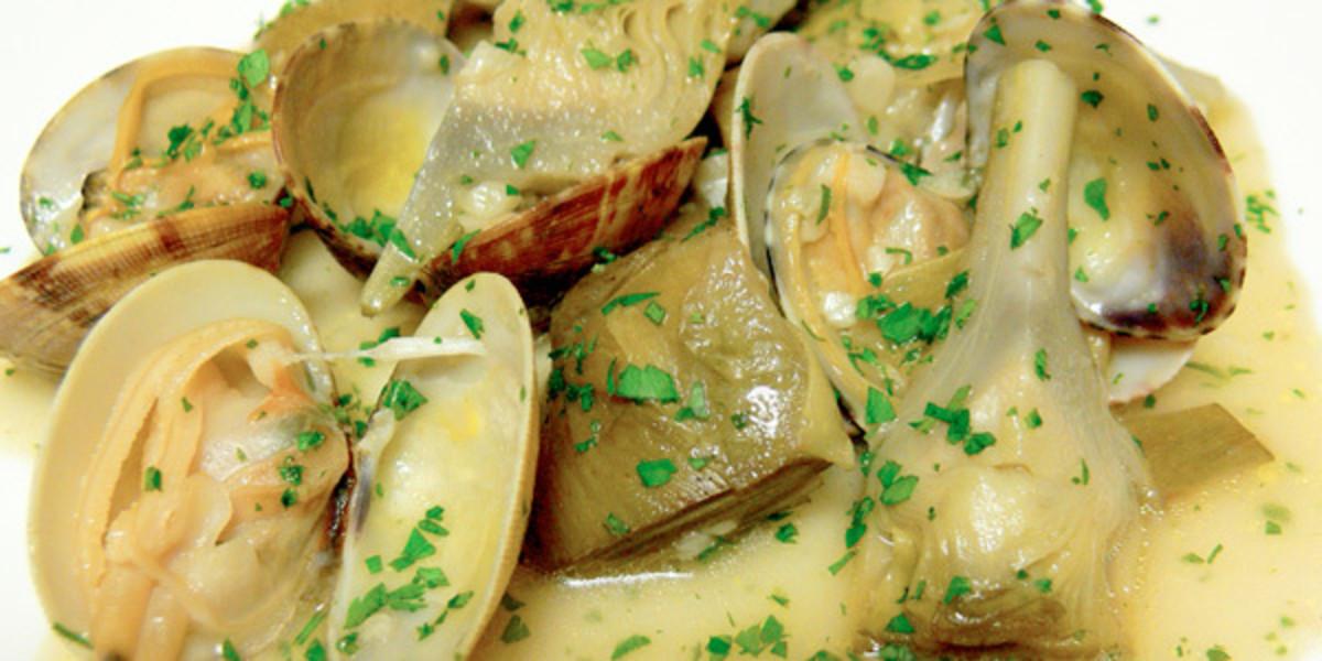 Alcachofas con almejas (artichokes with clams)