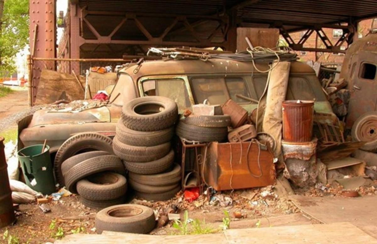 """""""Second-hand"""" Junk; Photo """"Harlem Trash"""" by loan Sameli / Flickr"""