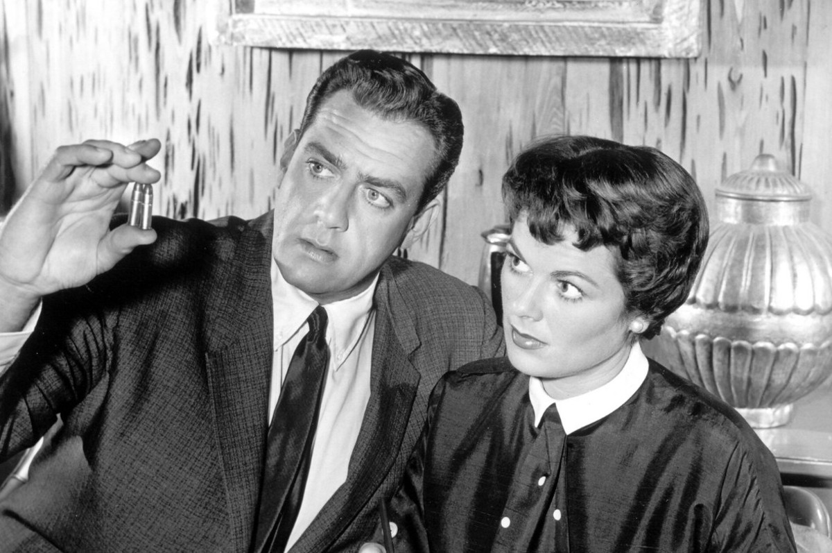 Raymond Burr as Perry and Barbara Hale as Della at work