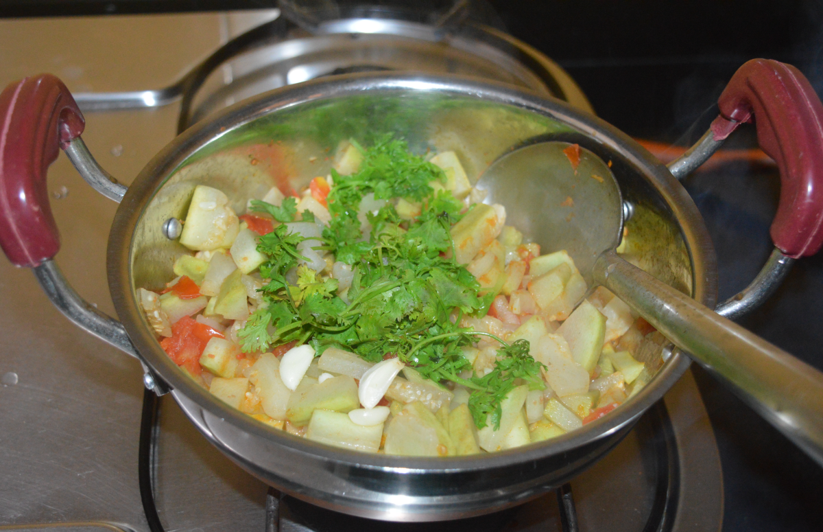 Step three: Add coriander leaves and garlic. Continue to saute for 2 minutes.