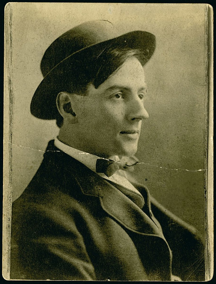 Tom Thomson sometime between 1905 and 1910.