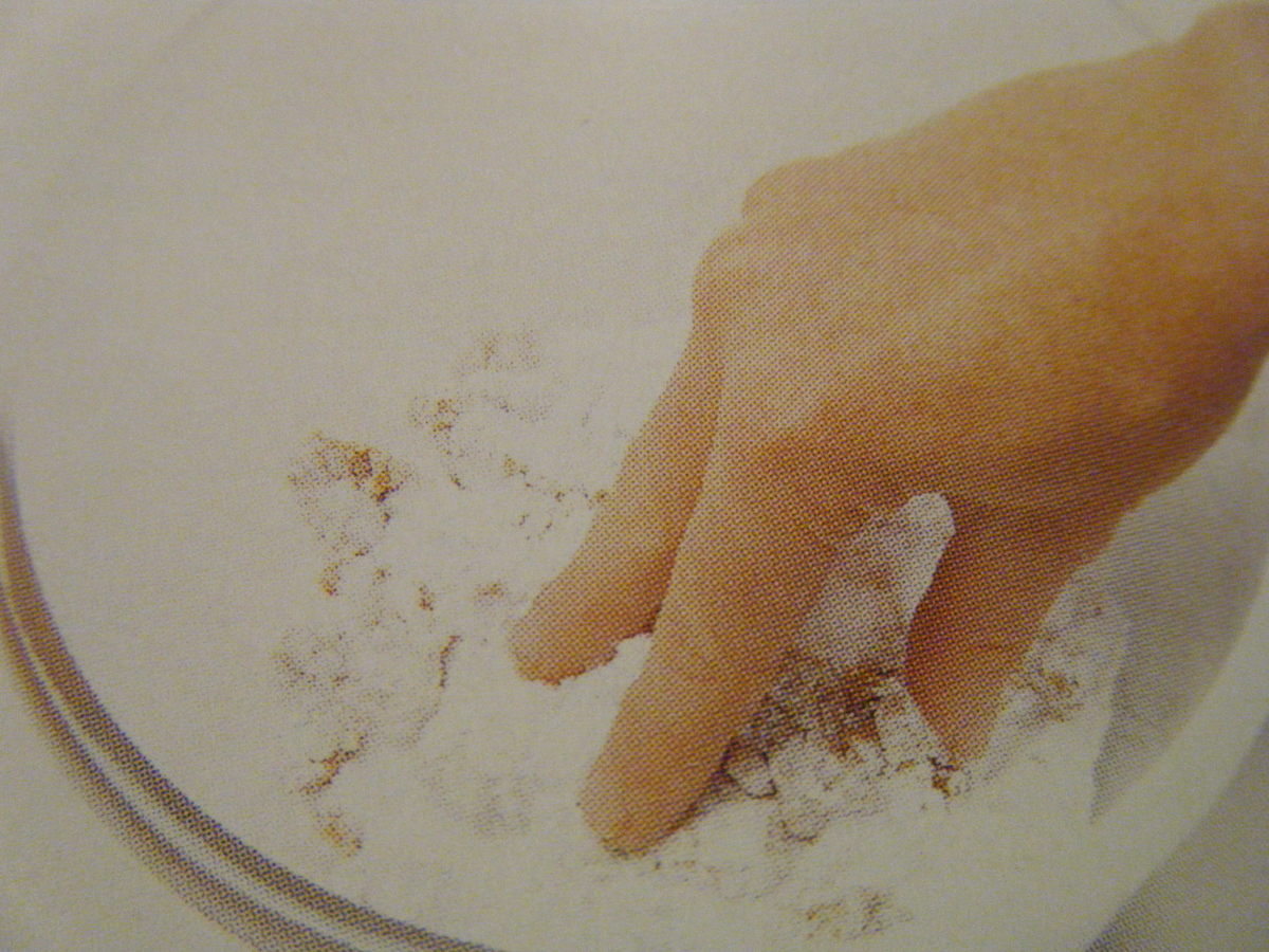 Combine the confectioners sugar and the peanut butter with your fingers.