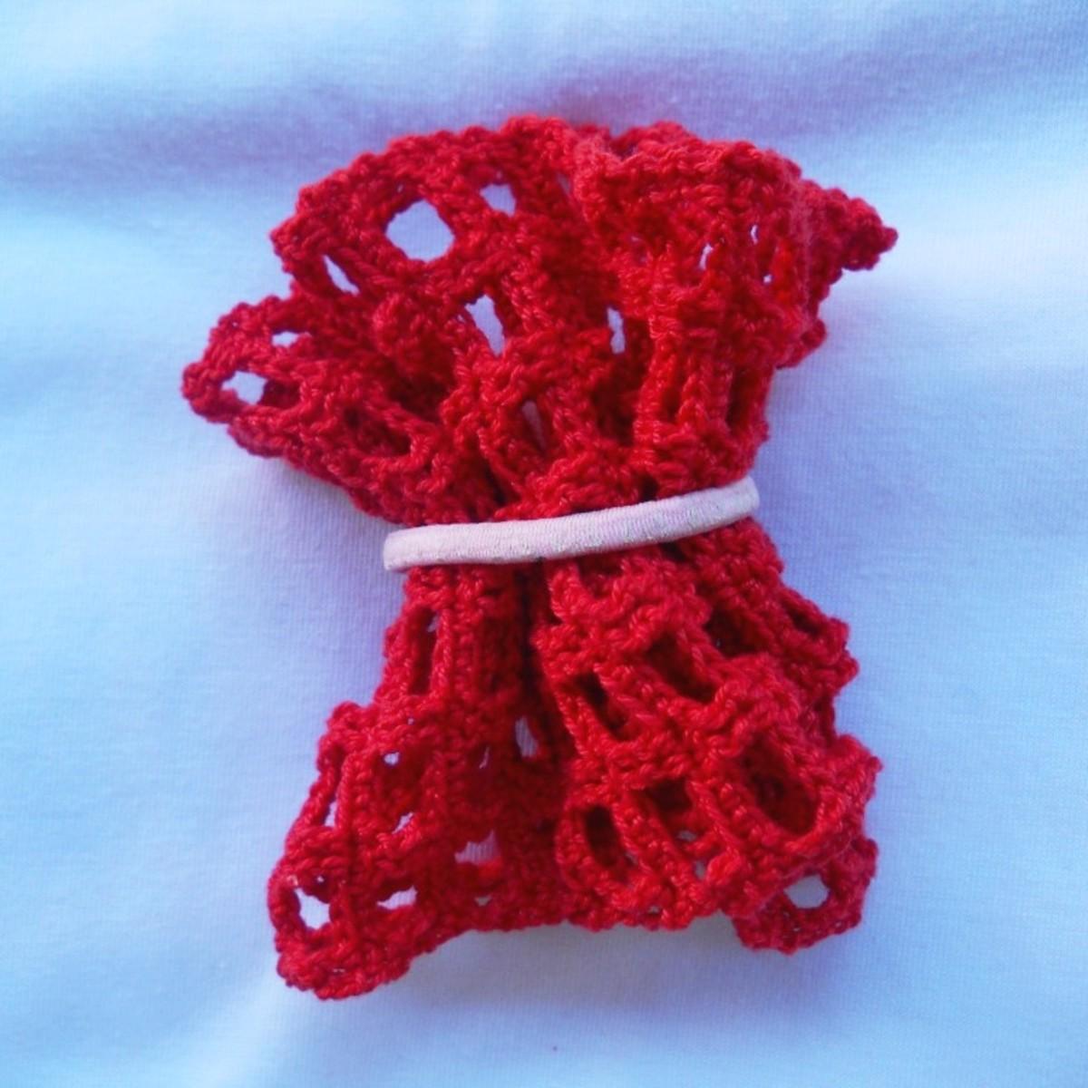 Insert crochet mesh in hair elastic.