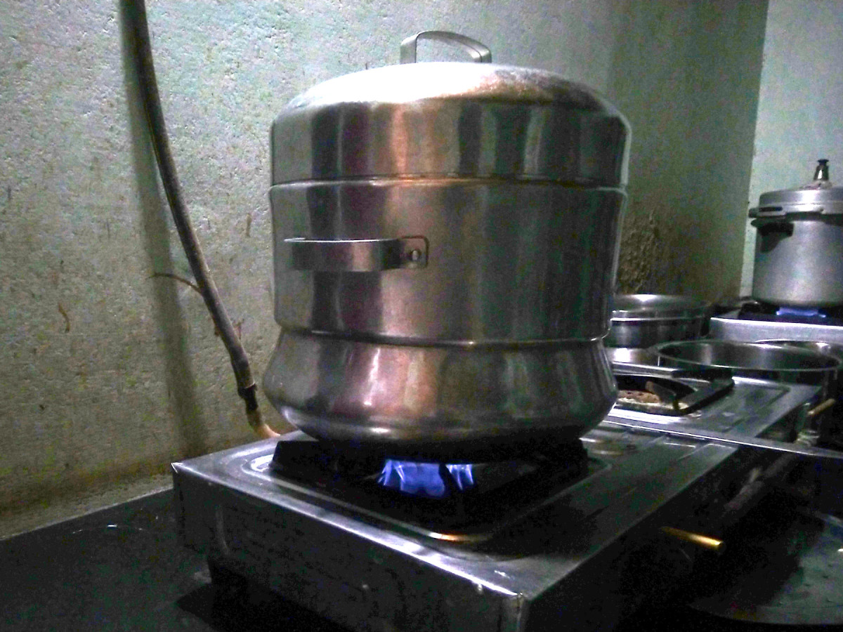 Steam cooking vessel by lining inner side with banana leaf
