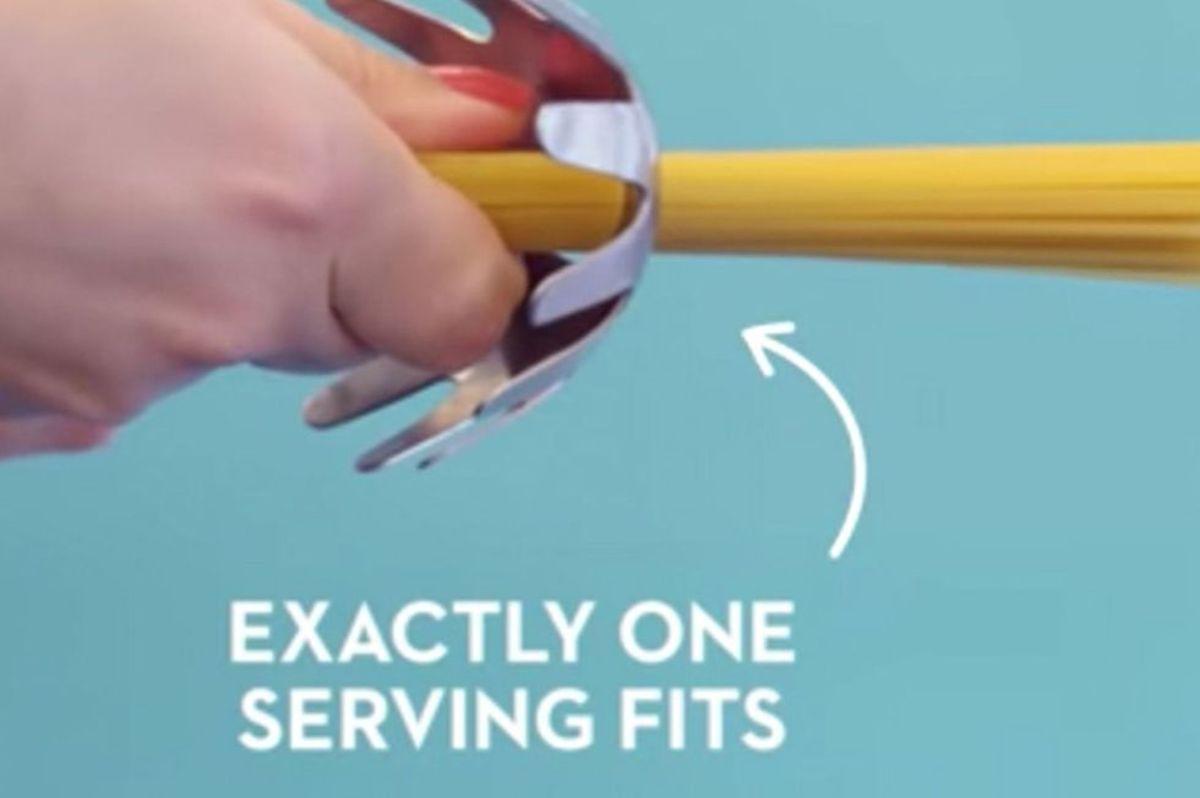 Spaghetti spoon with measuring hole