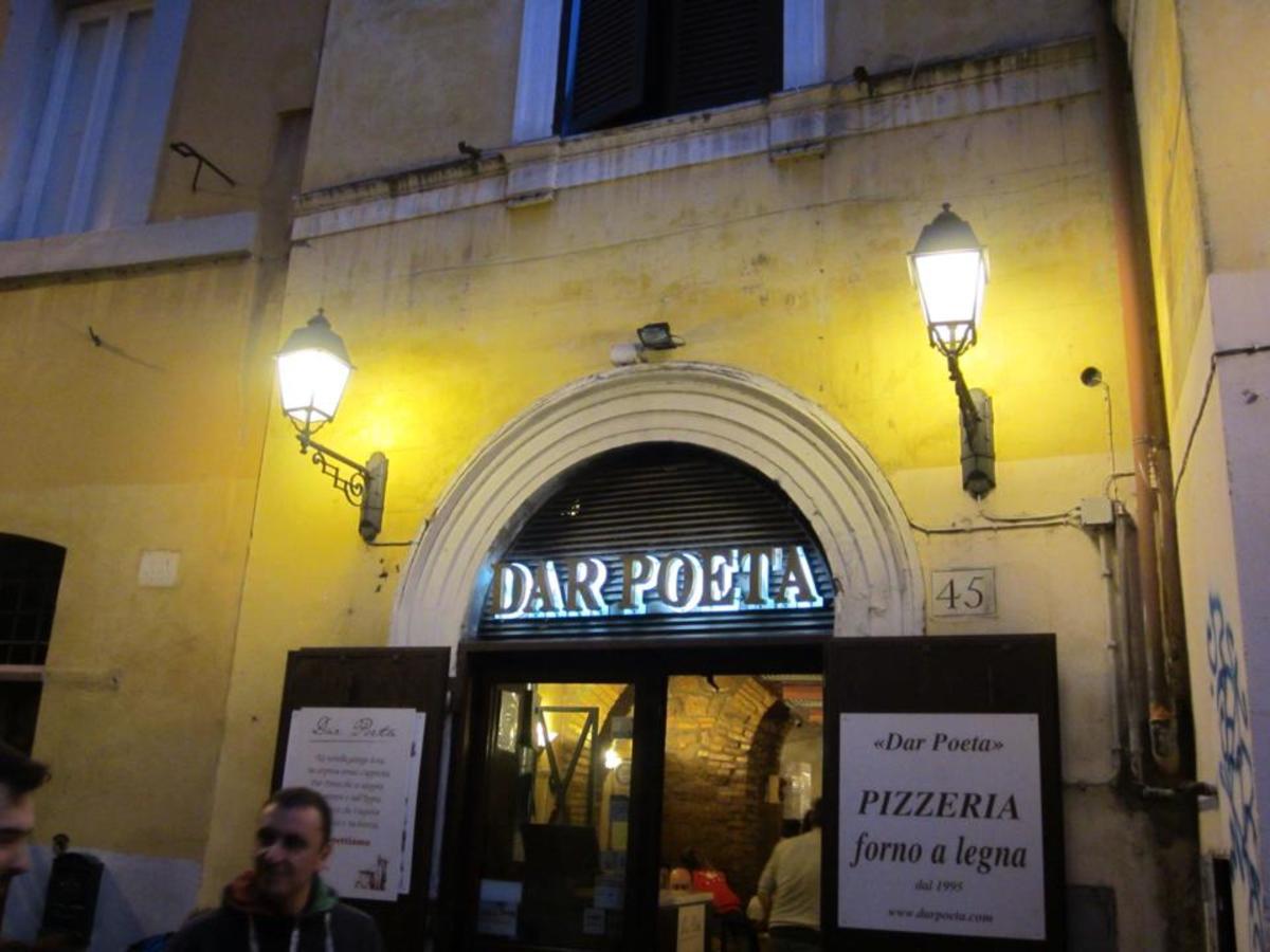 Dar Poeta, pizza restaurant in Rome, by night.