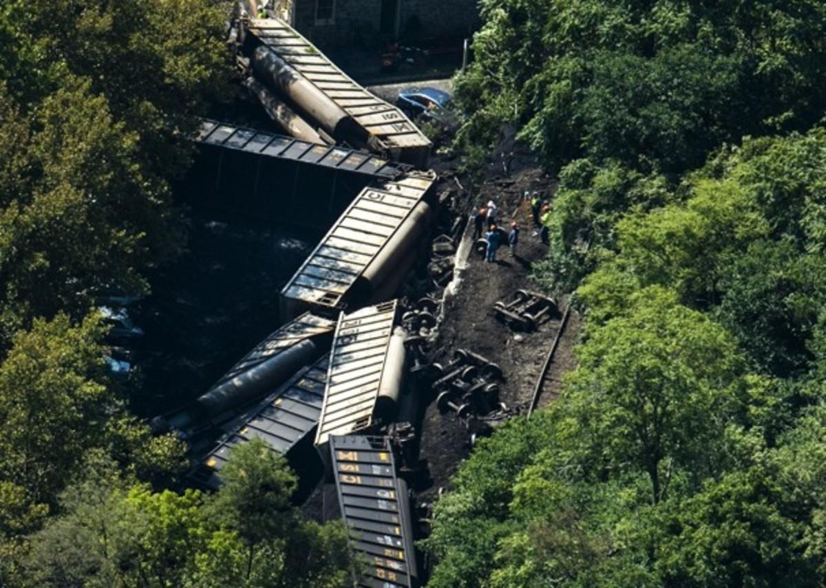 This derailment near Ellicott City, Maryland killed two women sitting on a bridge.