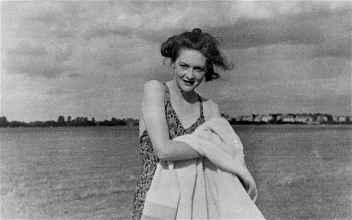 MI5 clerk Jean Leslie posing as the fictitious girlfriend Pam.