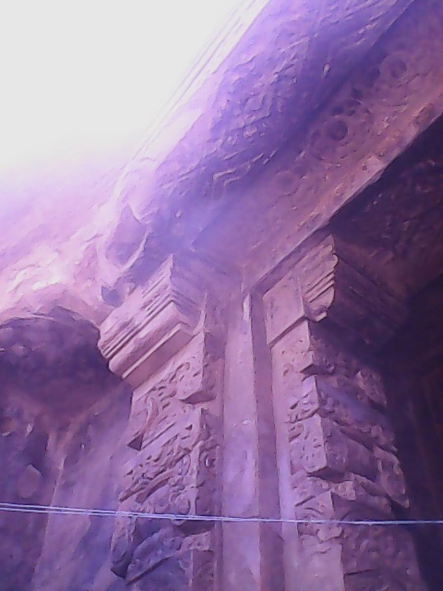 Carves pillar and lintel