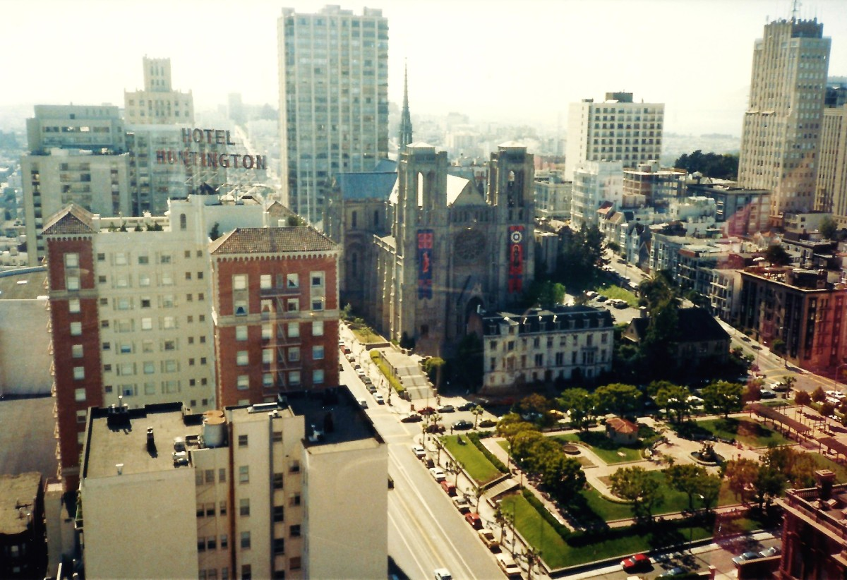 Large hotel on the left is the Huntington with Huntington Park and Grace Cathedral also within view from Top of the Mark.