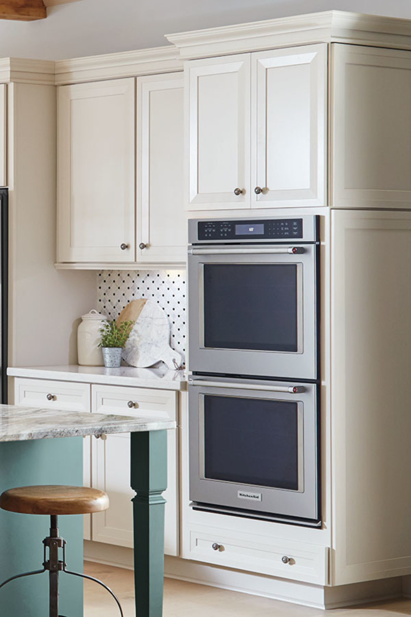 For those who love cooking, the double oven cabinet is suitable. The two ovens are located in several cabinet, giving the kitchen a finished appearance.