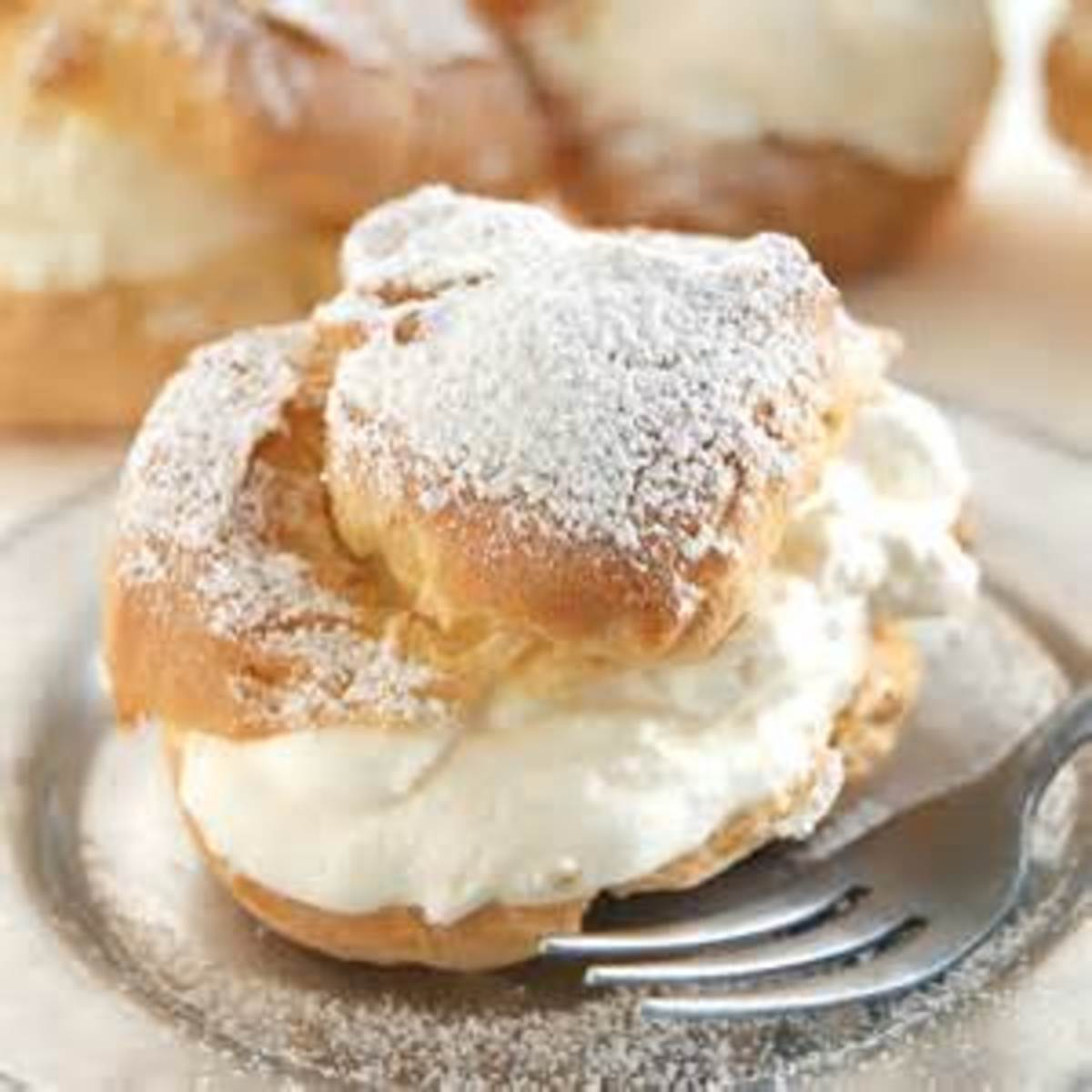 Cream Puffs or Eclairs With Filling