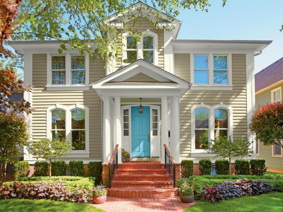 To make the front door stand out, choose a vibrant color. This exterior has a classic feel to it, with ornate trim and a brick facade. The bright turquoise on the front door, on the other hand, provides a traditional comparison.