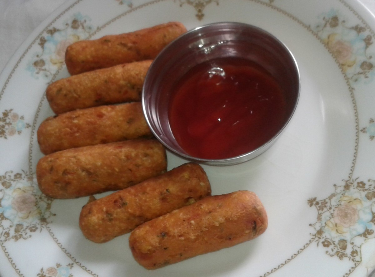 Crispy semolina rolls served with tomato ketchup.