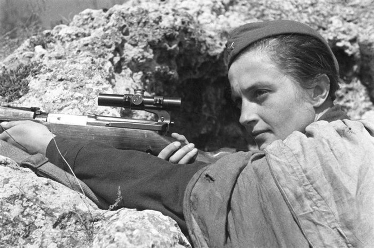 Sharpshooter Lyudmila Pavlichenko in a trench. Photo taken by Israel Abramovich Ozersky (1904 - 1971).