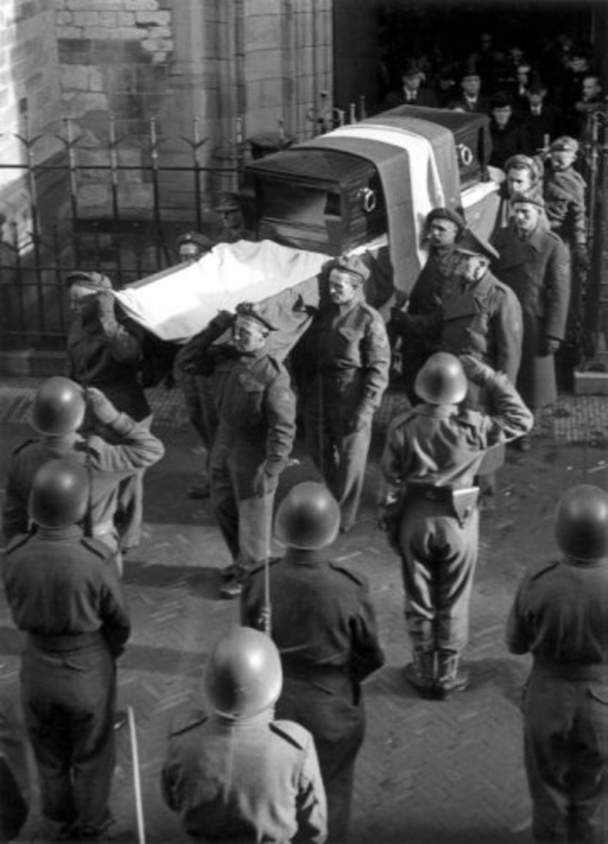 The re-burial of Hannie Schaft at the Cemetery of Honor at the Zeeweg in Overveen, November 1945.