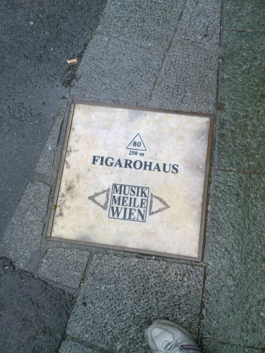 Plaque marking that one is close to Mozart's house