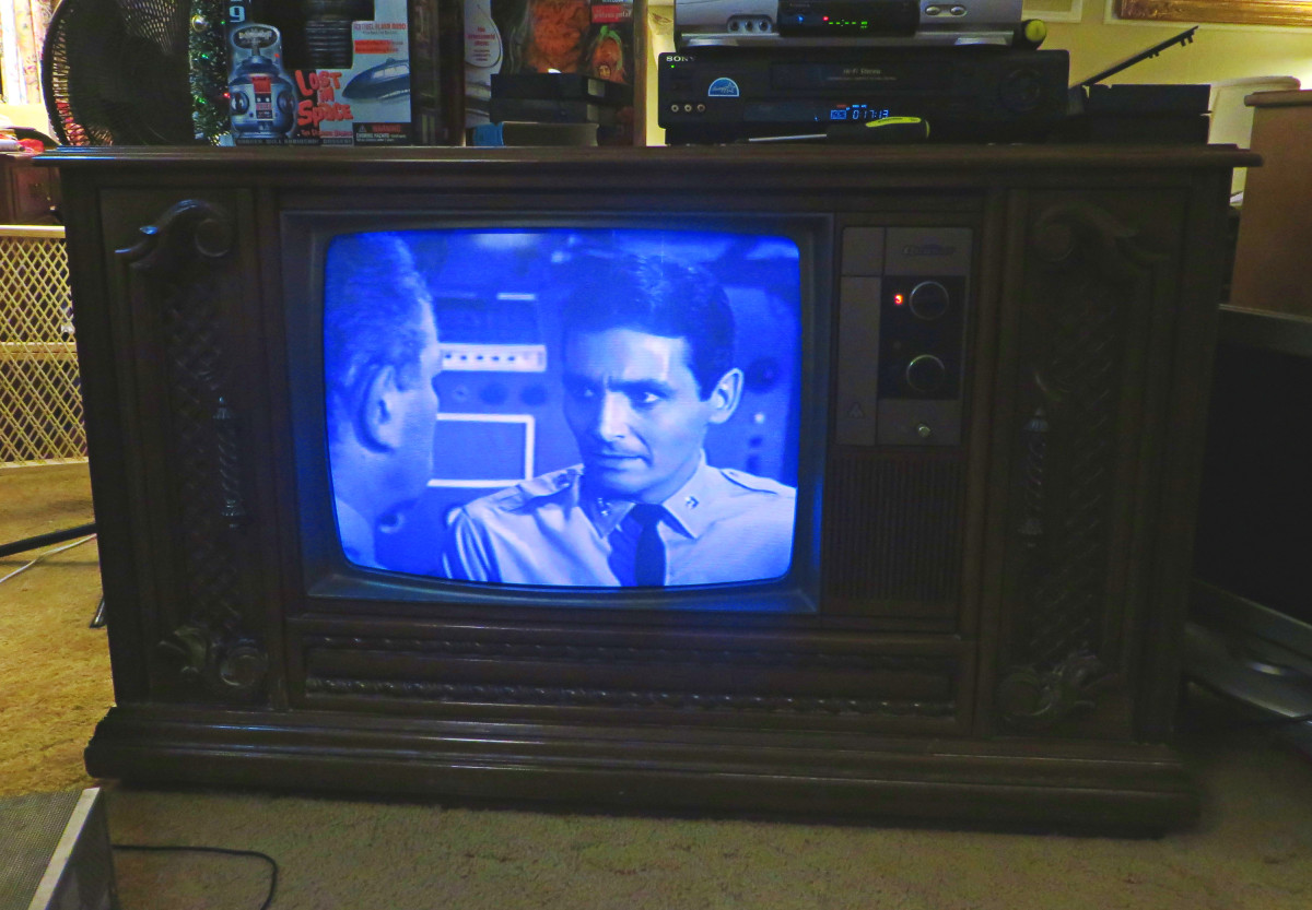 David Hedison: Captain Lee B. Crane, Staring on the Quasar TV Model WL9439SP. In this scene he is not very happy the man who is telling him how to run the Seaview.