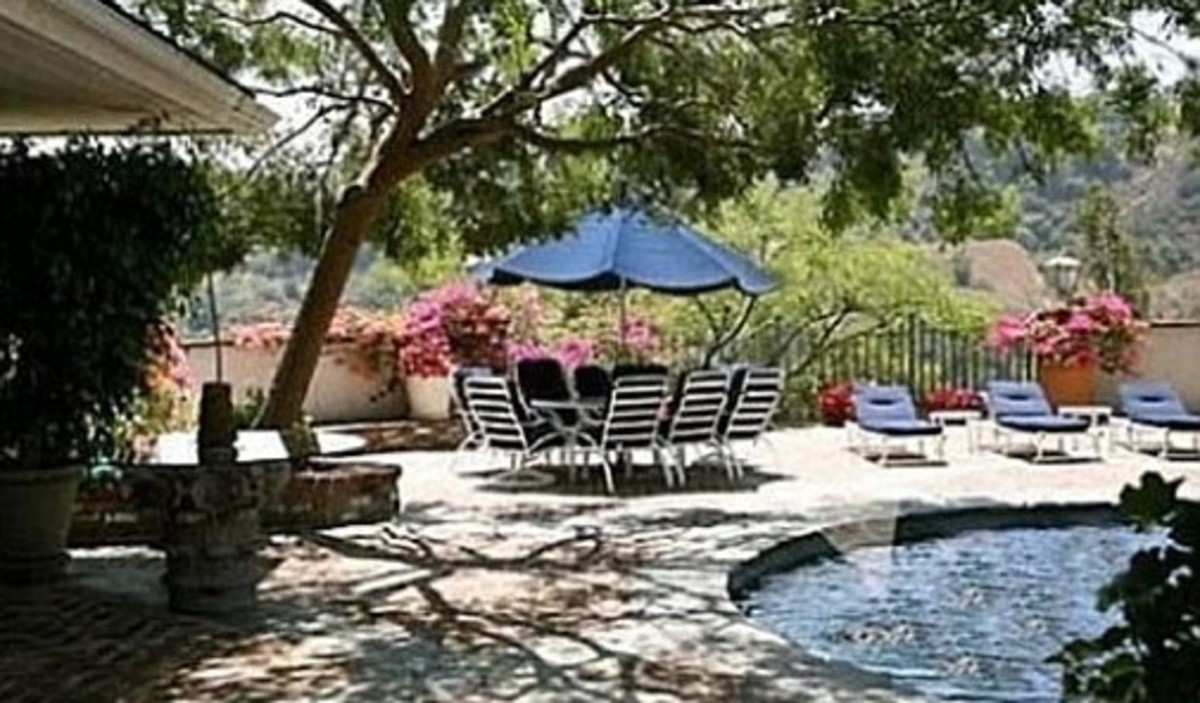 The pool and patio at 2850 Benedict Canyon.