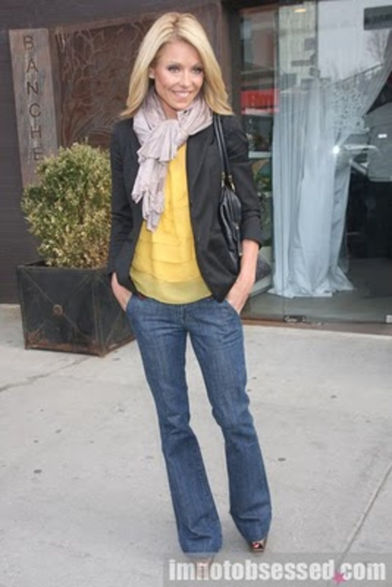 Kelly Rippa looking fashionable as always.  This time with jeans and a pashmina scarf.