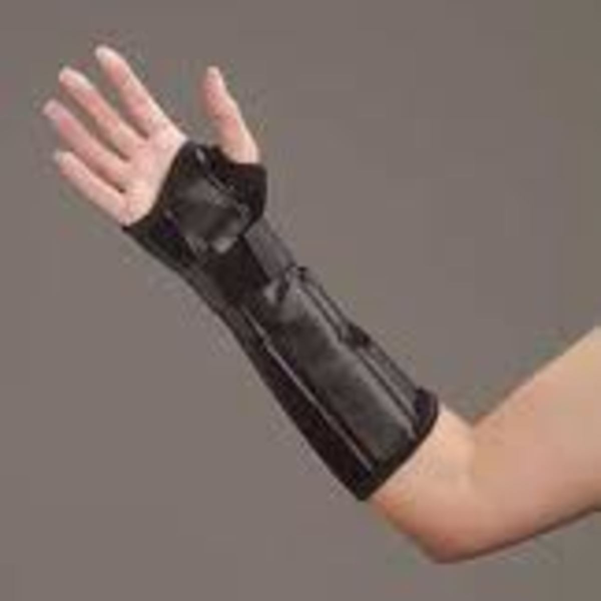Distal radius fracture splint for immobilization of radius bone of wrist