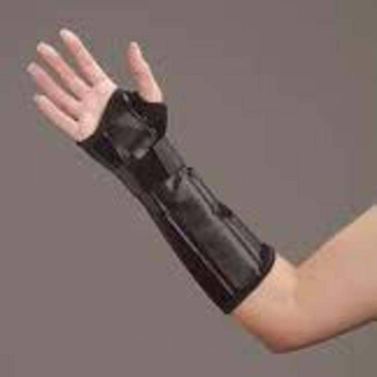 Distal radius fracture splint for immobilization of radius bone of wrist