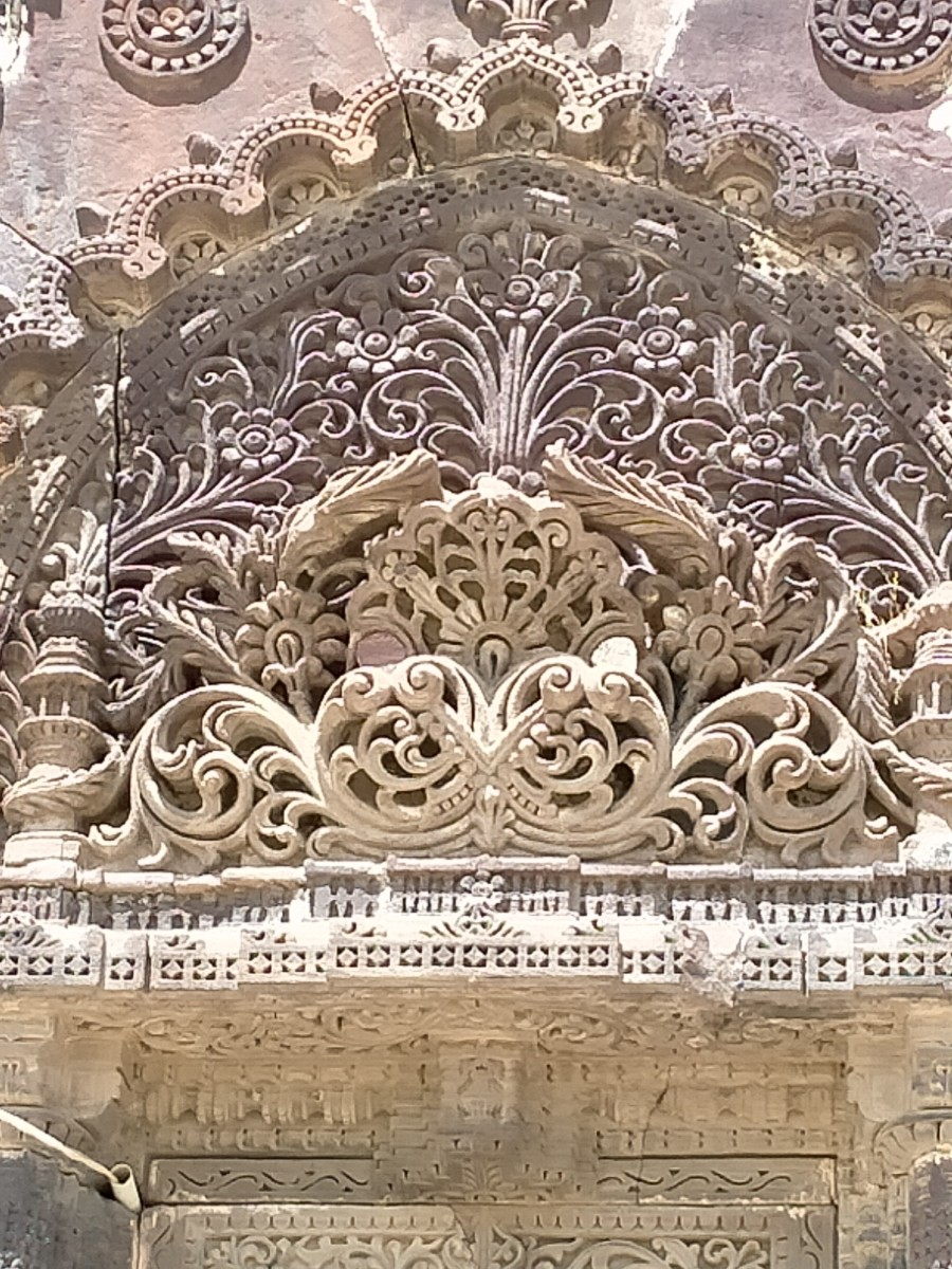 Exquisite stone carvings --  Maqbara (mausoleum), Lakhpat