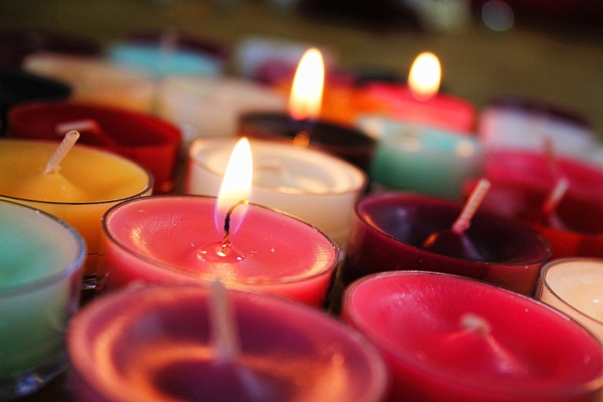 a-complete-guide-to-the-red-candle-color-and-significance