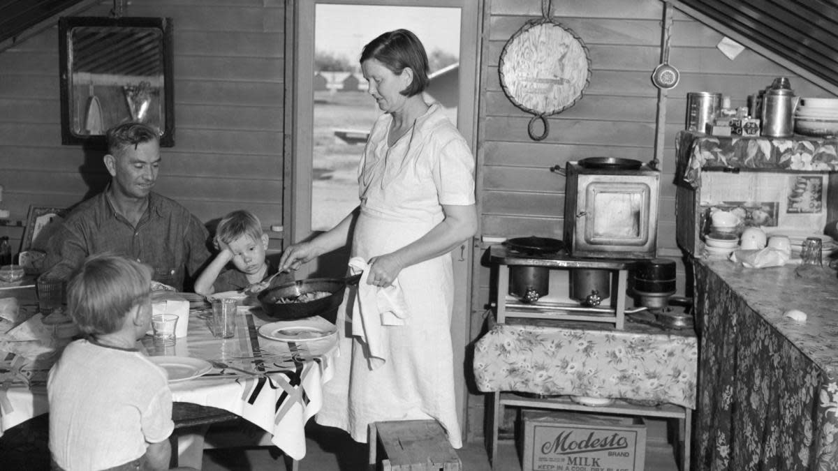 """What kinds of foods did people eat during the Great Depression? LivingHistoryFarm.org tells us that """"Chili, macaroni and cheese, soups, and creamed chicken on biscuits were popular meals."""""""
