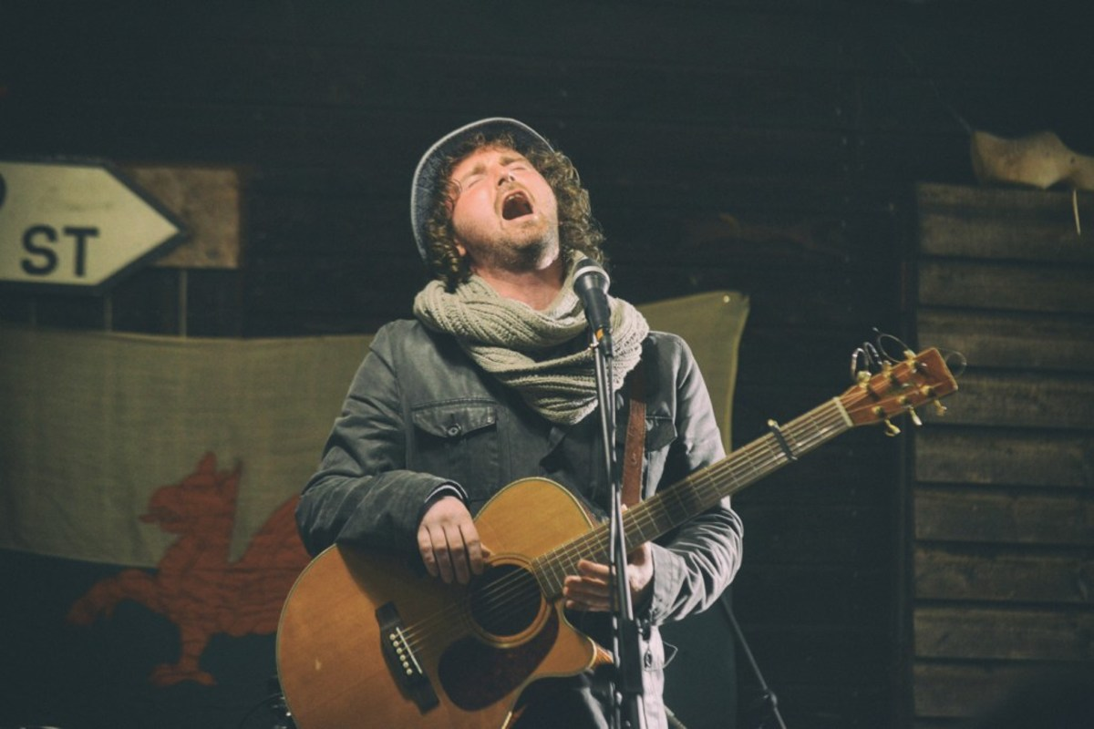 Ragsy hitting the high notes at the Laugharne Weekend Fringe experience.