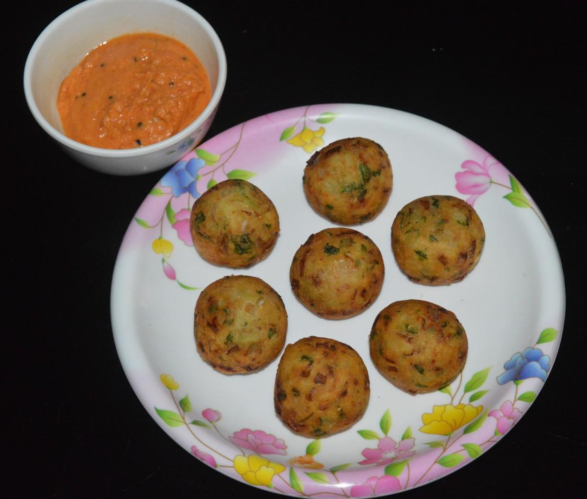 Homemade crunchy, delicious potato and gram flour balls served with onion chutney