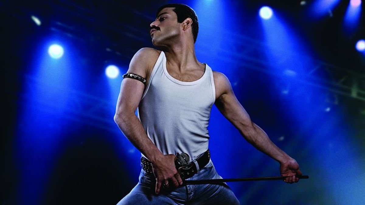 Rami on stage performing as Freddie Mercury.